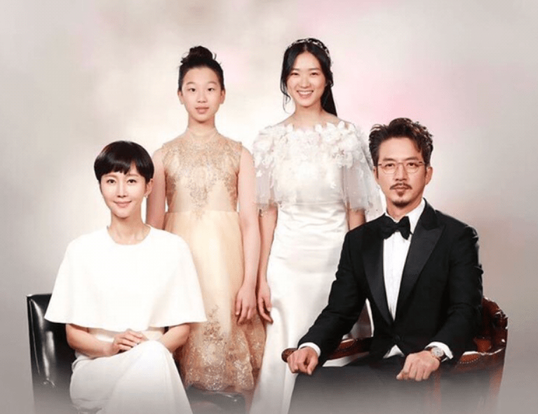 The meaning behind SKY Castle's family photos